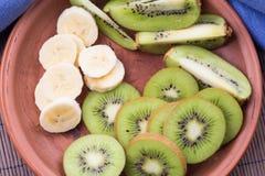 Banana e kiwi affettati in ciotola Immagini Stock Libere da Diritti