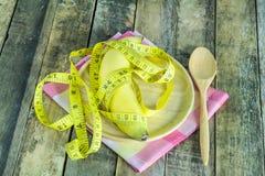 Banana e linea fresche misure in piatto di legno Fotografia Stock Libera da Diritti