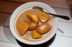 Banana e tapioca con il dessert del latte di noce di cocco Immagini Stock