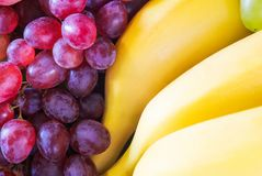 Banana e uva do close up Fotos de Stock