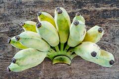Banana em um assoalho de madeira Imagens de Stock