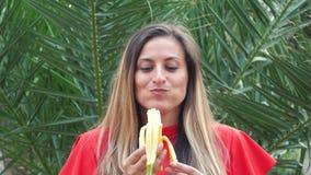 Banana fêmea comer video estoque