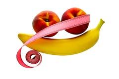 Banana fresca e pêssegos isolados no fundo branco sob a poda Imagem de Stock Royalty Free