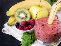 Banana Kiwi Apple Parsley Raspberry Nuts do batido da sobremesa da baga para o café da manhã imagem de stock