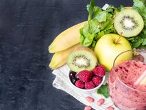Banana Kiwi Apple Parsley Raspberry Nuts do batido da sobremesa da baga para o café da manhã fotografia de stock royalty free