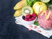 Banana Kiwi Apple Parsley Raspberry Nuts do batido da sobremesa da baga para o café da manhã fotografia de stock