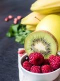 Banana Kiwi Apple Parsley Raspberry Nuts do batido da sobremesa da baga para o café da manhã foto de stock
