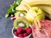 Banana Kiwi Apple Parsley Raspberry Nuts do batido da sobremesa da baga para o café da manhã foto de stock royalty free