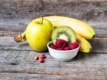 Banana Kiwi Apple Parsley Raspberry Nuts do batido da sobremesa da baga para o café da manhã fotos de stock royalty free