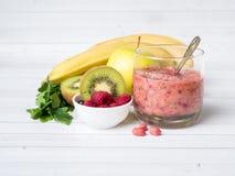 Banana Kiwi Apple Parsley Raspberry Nuts do batido da sobremesa da baga para o café da manhã imagens de stock royalty free