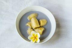 Banana in latte di cocco Fotografie Stock Libere da Diritti