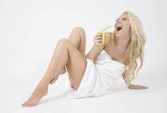 Banana loura agradável da terra arrendada da mulher Fotografia de Stock Royalty Free