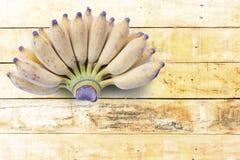 Banana madura na tabela de madeira Fruto para a saúde e o alimento cru Imagem de Stock Royalty Free