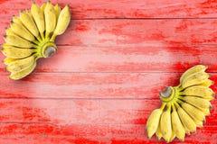 Banana madura na tabela vermelha de madeira Fruto para a saúde e o alimento cru Fotografia de Stock