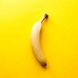 Banana na tabela amarela Imagens de Stock Royalty Free