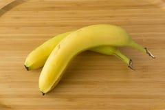 Banana no fundo de madeira Imagens de Stock
