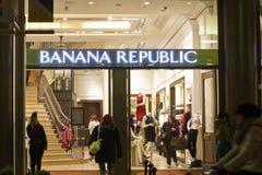 Banana Republic hace compras Imagen de archivo libre de regalías