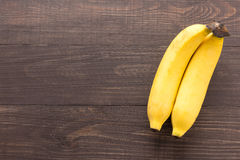 Banana sui precedenti di legno Vista superiore Immagine Stock