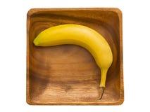 Banana in una ciotola di legno. Fotografia Stock