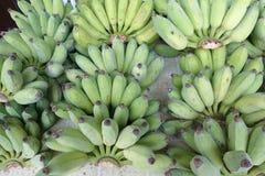 Banana verde sulla tavola Immagine Stock Libera da Diritti