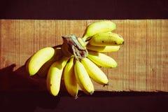 Banana wciąż życie na drewnianym tle Zdjęcia Royalty Free