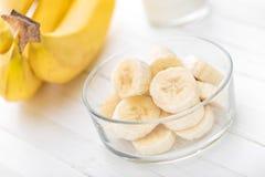 Bananas cortadas frescas no close up de madeira branco do fundo Imagens de Stock Royalty Free