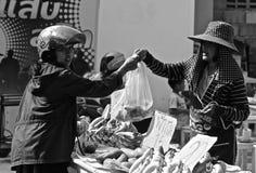 Bananas de compra da mulher tailandesa Imagem de Stock Royalty Free