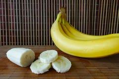 Bananas de Cutted em uma placa Fotografia de Stock