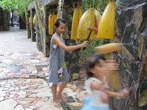 Bananas de Wat Luang Phor da torre de Bell - Wat Pa Dhamma Utthayan foto de stock royalty free