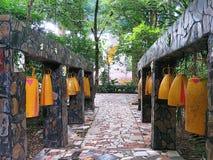 Bananas de Wat Luang Phor da torre de Bell - Wat Pa Dhamma Utthayan imagem de stock