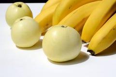 Bananas e algumas maçãs Fotos de Stock