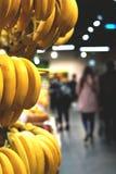 Bananas e imagem borrada do supermercado imagem de stock royalty free