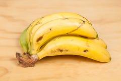 Bananas em um fundo branco do estúdio foto de stock royalty free