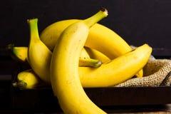 Bananas em uma tabela rústica fotografia de stock
