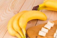 Bananas frescas com fatias Fotografia de Stock Royalty Free
