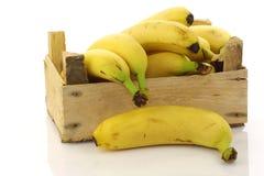 Bananas frescas em uma caixa de madeira Imagens de Stock