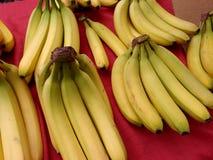Bananas maduras amarelas para a venda no mercado Fotos de Stock Royalty Free