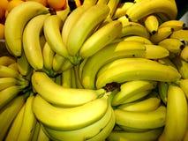 Bananas maduras frescas em uma caixa do close-up imagem de stock