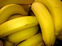 Bananas maduras frescas em uma caixa do close-up fotografia de stock royalty free