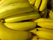 Bananas maduras frescas em uma caixa do close-up imagens de stock royalty free