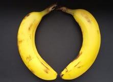 Bananas maduras na forma do coração sobre o preto Bananas em uma tabela preta imagem de stock