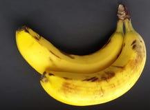Bananas maduras sobre o preto Bananas em uma tabela preta fotos de stock royalty free