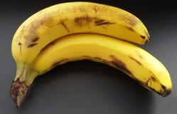 Bananas maduras sobre o preto Bananas em uma tabela preta imagem de stock
