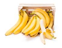 Bananas na caixa de madeira imagem de stock