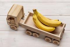 Bananas no caminhão de reboque, brinquedo feito da madeira fotos de stock
