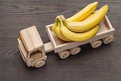 Bananas no caminhão de reboque, brinquedo feito da madeira imagens de stock