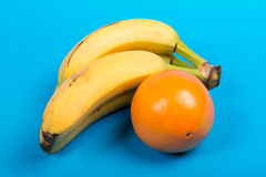 Bananas and an orange Royalty Free Stock Photography