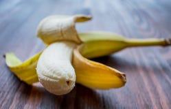 Banane épluchée sur la table photographie stock