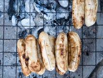 Banane arrostite su una maglia d'acciaio Immagine Stock