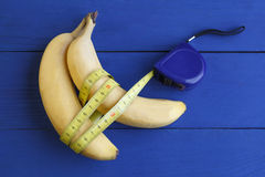 Banane auf blauem Hintergrund Stockfotos